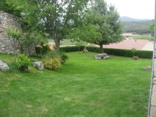 Casa rural la ladera casa rural en hoyos del espino for Casa rural jardin del desierto tabernas